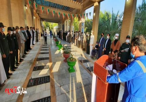 گلزار شهدای جزیره خارگ به مناسبت هفته دفاع مقدس غبارروبی و گلباران شد
