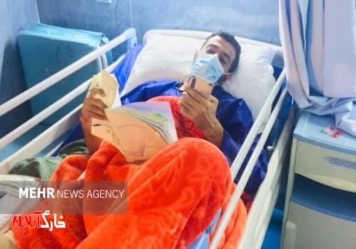 معلم آبپخشی روی تخت بیمارستان هم دست از تدریس نکشید