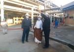 بازدید امام جمعه جزیره خارگ از کارخانه شرکت پتروشیمی خارگ و محل وقوع آتش سوزی